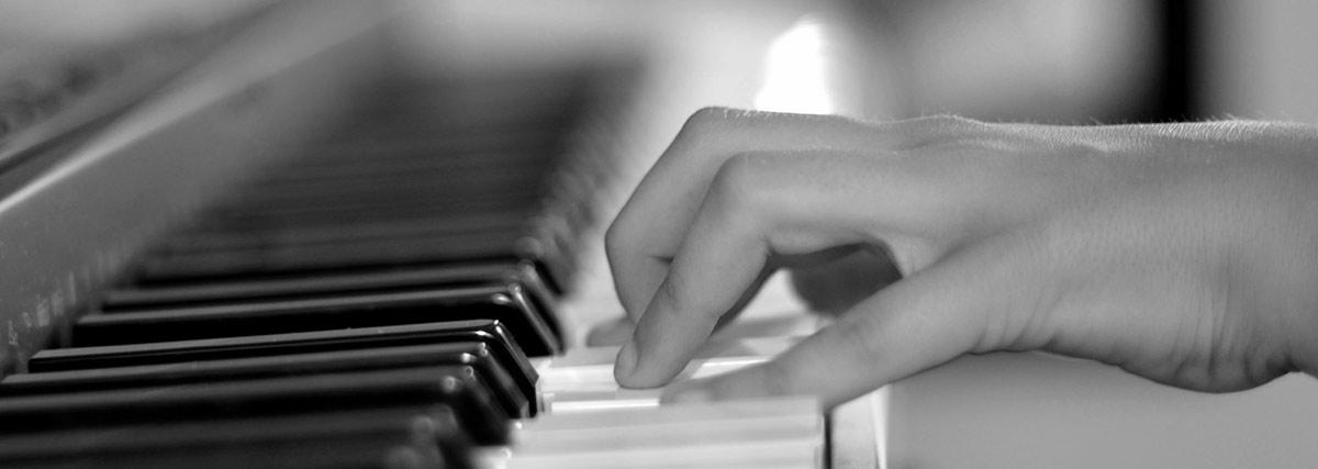 hand on the piano keys